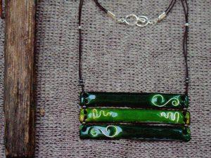 Collar realizado en esmalte al fuego sobre cobre con adornos de plata y montado en cuero