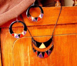 Conjunto de pendientes y collar realizado en esmalte al fuego