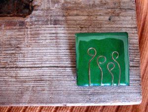 Broche de esmalte realizado a mano con adorno de cobre