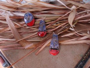 Conjunto de pendientes y anillo hecho en esmalte al fuego