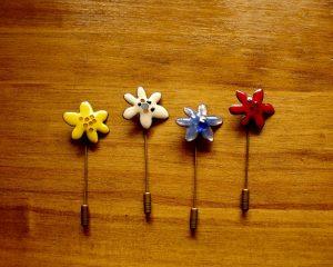 Alfiler de diseño con forma de flor y realizado en esmalte al fuego