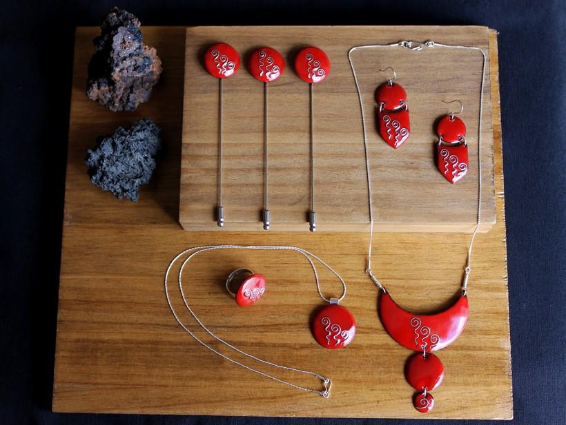 Conjunto para novia rojo con motivos en plata