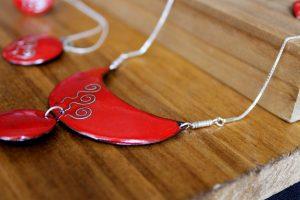 Complementos para la novia diseñado para una boda de estilo ibicenco. Realizado en esmalte al fuego sobre metal y decorado con plata