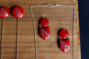 Conjunto elaborado a mano en esmalte al fuego con esmalte rojo y cloissonné de plata