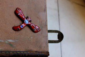 Broche en forma de libélula realizado en esmalte al fuego