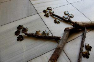 broches en forma de hojas para regalar a las invitadas de una ceremonia