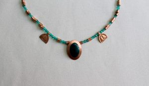 Collar realizado en esmalte al fuego sobre metal y recreado en antiguas joyas romanas