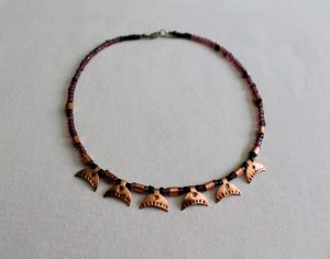 Collar elaborado con cobre y piezas esmaltadas en esmalte al fuego y basada en la antigua Roma
