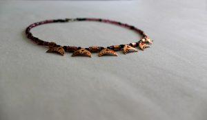 Collar de esmalte al fuego basado en un antiguo collar romano