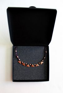 Collar de esmalte al fuego sobre metal y recreado en un collar de la antigua Roma