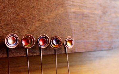 Alfiler con cuencos de cobre coloreados Kizi